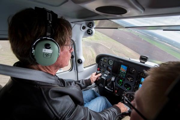 Pilot turning back to runway in Cessna 172 Skyhawk